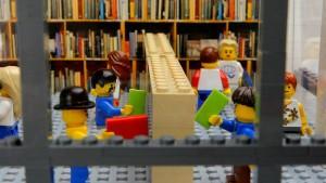 All'interno della libreria Powell's di LEGO i lettori sono veramente felici. Da notare l'attenzione ai dettagli e il senso di movimento che i costruttori sono riusciti a ricreare.