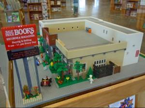 Ecco anche la versione in mattoncini della libreria Half Price Books di Dallas. Non è possibile visitare l'interno, ma i dettagli dell'esterno sono davvero incredibili. Si noti, ad esempio, il cartellone elettronico con gli eventi segnalati.