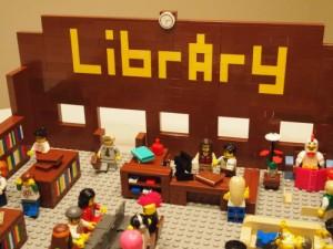 La libreria di Joe non ha solo libri, ma è completa di computer, divanetti, fiori e molto altro. Insomma, è come una vera libreria. Ma puoi entrarci solo se sei alto pochi centimetri.