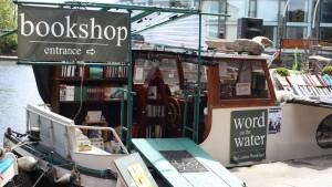 Libreria Word on the Water, Londra. Qui si surfa fra i volumi. Una folkloristica libreria galleggiante che spesso ospite anche reading e spettacoli musicali. E naufragar m'è dolce in questo mare (di libri).