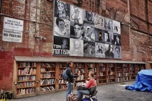 Brattle, Boston. Esiste dal 1825, ed è una delle più importanti librerie antiquarie del Massachusetts. È famosa – fra le altre cose – per gli scaffali outdoor. Le vie della lettura sono infinite.