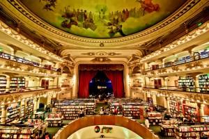 Libreria El Ateneo, Buenos Aires. Un teatro trasformato in libreria, con spettacolari affreschi che ornano i soffitti e musica da piano bar in sottofondo. E la lettura diventa uno spettacolo.