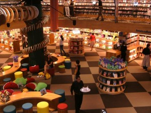 Libreria Livraria Cultura, San Paolo. Draghi volanti, aree chillout accoglienti, strane creature che si arrampicano sulle grandi colonne. Livraria Cultura è la libreria più grande del Brasile. Per letture a ritmo di samba.