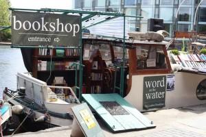 Libreria Word on the Water, Londra. Qui si surfa fra i volumi. Una folkloristica libreria galleggiante che spesso ospita anche reading e spettacoli musicali. E naufragar m'è dolce in questo mare (di libri).