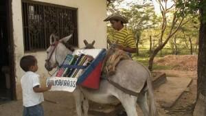 Il Biblioburro ridefinisce il concetto di biblioteca itinerante: difficile immaginarselo per le strade di Milano o Roma, ma nella Colombia rurale pare vada fortissimo.