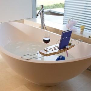 Il leggio da vasca di Umbra è l'accessorio che non può mancare nella tua casa, se davvero ami i libri. Guardandolo, non senti già il bisogno di riempire la vasca, stappare una bottiglia di vino rosso e immergerti nella lettura?