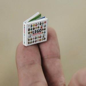 """LEGO, per celebrare il trentacinquesimo anniversario delle Minifigure, ha realizzato un libro che misura 20 mm x 17 mm. Si intitola """"LEGO Minifigure Year by Year: A Visual History"""" ed è stato pensato per poter essere letto autonomamente dalle figurine giocattolo."""