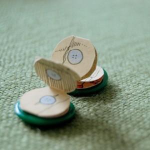 Quale miglior foggia per raccontare la storia di un bottone se non un bottone stesso? Ecco l'ennesima dimostrazione di come il bello si nasconda nelle cose più semplici e più piccole, basta solo metterci un pizzico di fantasia!