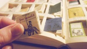 Se mai dovessi spiegare a Dickens cos'è un ebook, sapresti da che parte iniziare? Questa stessa domanda se l'è fatta anche Rachel Walsh: si è risposta creando quaranta miniature inserite all'interno di un libro a grandezza naturale. I titoli dei libretti includono alcune delle più note opere di Dickens stesso, i suoi libri preferiti e quelli più amati da Walsh.