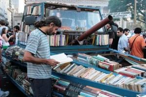 La Ford Falcon evoca ricordi terribili negli argentini, perché era la macchina guidata dai membri dell'esercito e della polizia politica negli anni Settanta: l'artista Raul Lemesoff ha trasformato un esemplare del 1979 in un carro armato-biblioteca, la conoscenza all'attacco nelle strade di Buenos Aires.