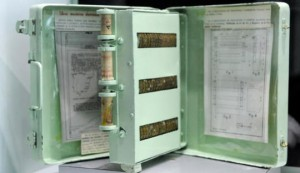 L'Enciclopedia Meccanica, creata nel 1949 in Spagna, è parente alla lontana dei moderni Ebook: grazie a un meccanismo ad aria compressa si potevano caricare i contenuti in maniera automatica e c'era anche la funzione zoom per ingrandire il testo!