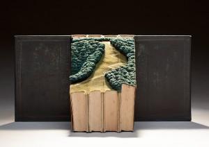Su quattro libri poggia un paesaggio evocativo.
