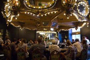 """New Orleans non è solo la capitale del jazz, ma è anche la città che ospita l'Hotel Monteleone. Ernest Hemingway e William Faulkner erano solo due dei grandi scrittori che lo frequentavano. Il suo Carousel Bar è anche citato in """"La sera prima della battaglia"""" di Hemingway."""