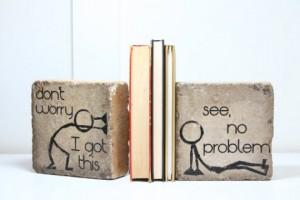 Simpatici omini stilizzati sorreggono i tuoi libri.