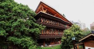 Costruita interamente in legno e completata con l'installazione di pannelli fotovoltaici, la Taipei Public Library in Beitou, Taiwan, offre l'esperienza di lettura più ecosostenibile del pianeta! (Photo Credits LWY)