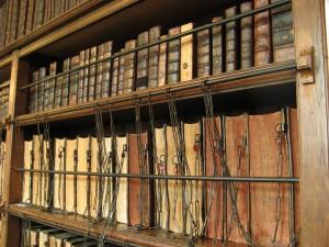 L'esperienza di lettura è davvero particolare nella Royal Grammar School Chained Library, di Guildford, Inghilterra. Pensa che contiene libri antecedenti il 1400! (Photo Credits traceyp3031)