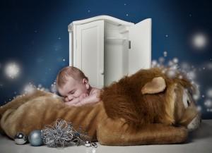 """Questo bimbo sonnecchia su un leoncino. L'avete riconosciuto? È """"Il leone, la strega e l'armadio"""", romanzo fantasy per bambini di C. S. Lewis."""