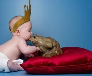 Come in una fiaba, un bacio trasforma un ranocchio in un principe.