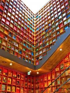 """La Picture Book Library, di Iwaki City, in Giappone, non ha niente a che vedere con le biblioteche tradizionali. Non aspettarti il classico """"shh"""", perché questo è un luogo pensato per i più piccoli. (Photo Credits Ken Lee 2010)"""