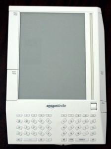 Il Kindle originale: permette di accedere a una libreria digitale di 88.000 titoli, è spesso circa un centimetro e ha un display da sei pollici con risoluzione 600x800.
