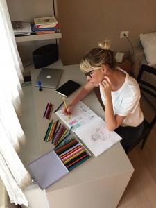 Alessia mentre colora una delle tavole del suo album. Non sembra rilassatissima?