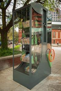«Harvesting Knowledge», di Brose Partington. Costruito in alluminio e acciaio, presenta un meccanismo per far muovere gli scaffali.
