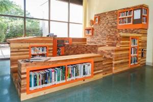 «Table of Contents», di Stuart Hyatt. Sono stati impiegati pezzi di legno riciclato.